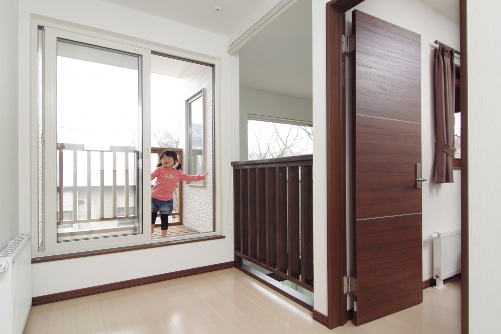 間取りで気に入っている部分は? - 2階のフリースペースには物干しポールを設置してもらい、バルコニーも設計。洗濯物が見えず、ドライエリアとして風通しがいい。各部屋のクロゼットにも行きやすいです。フリースペースは吹抜けとつながっているので、1階が見えるのもいいですね。寝室には小窓をつくり、1階に声が届くようにしました。また暖房の暖かさも巡回するようにしました。 -  -