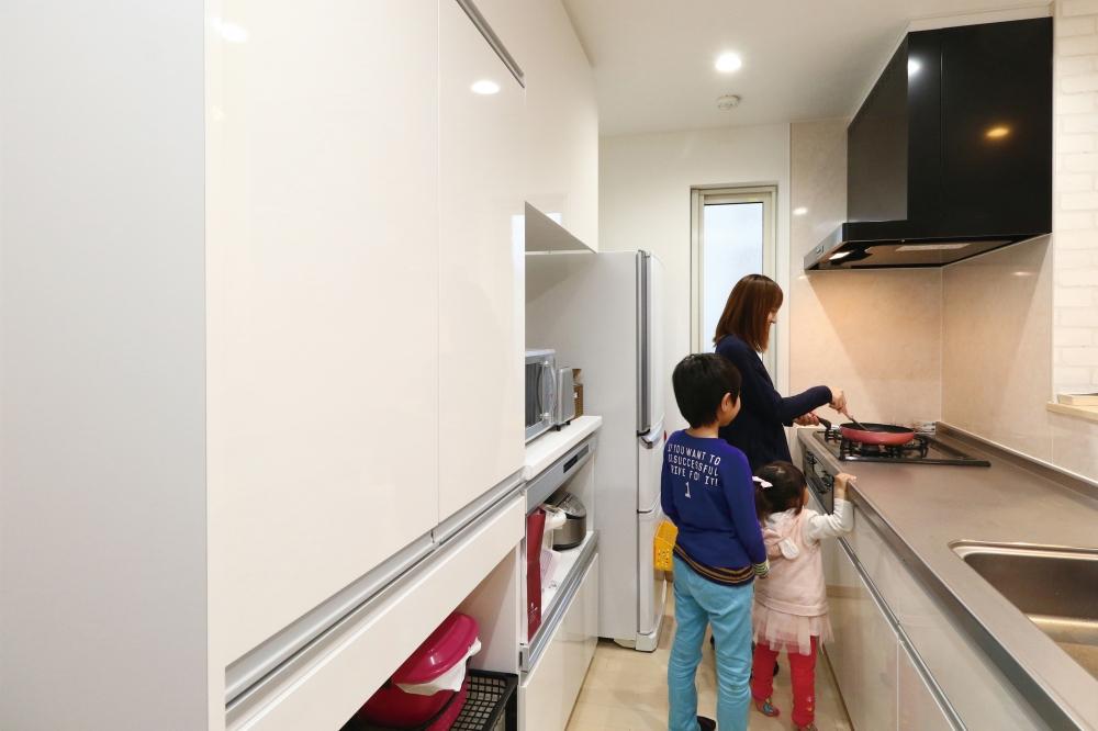 家づくりはいかがでしたか? - リビングへのドアを斜めに配置して、キッチンが丸見えにならないように工夫してくれました。工事を担当してくれた大工さんが気さくな方で、「棚受けの板が余ったので、ここにもニッチを作りましょうか?」と現場でいろいろ提案してくれる方で。リビングの壁の補強もお願いして、TVは自分で取付けました。玄関の下駄箱をどうしようかという際も、「こういうシューズクロークタイプなら無料で作れますよ」ということでお願いしたり。決まった予算の中でムダなく建てられるという印象です。 -  -
