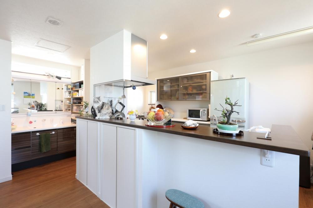 - キッチンは回遊がしやすいアイランド型に。洗面が隣接しているのも、朝晩の準備がしやすいです。 -  -