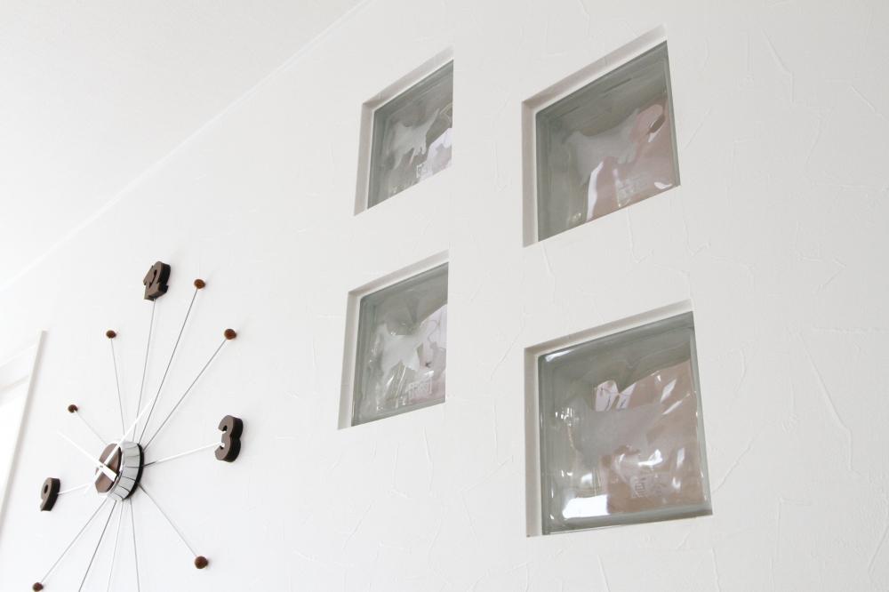 家づくりの思い出はありますか? - もともとDIYが好きで、消臭効果のある珪藻土を、自分で壁に塗ったのが楽しい思い出です。愛犬たちのイラスト入りのタイルも、そこに埋め込んだんですよ。 -  -