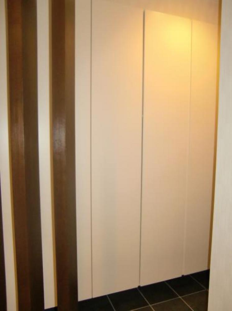 - 玄関には土間つづきのシューズクローク。コートや靴の収納もたっぷりで、とてもすっきりとした印象です。 -  -