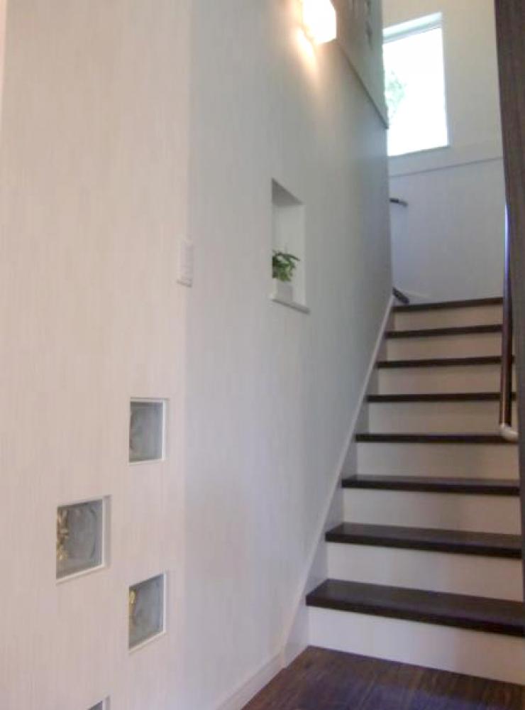 - 階段途中にある、まるで額縁のような窓。この窓からは四季折々の景色が楽しめるそうです^^。 -  -