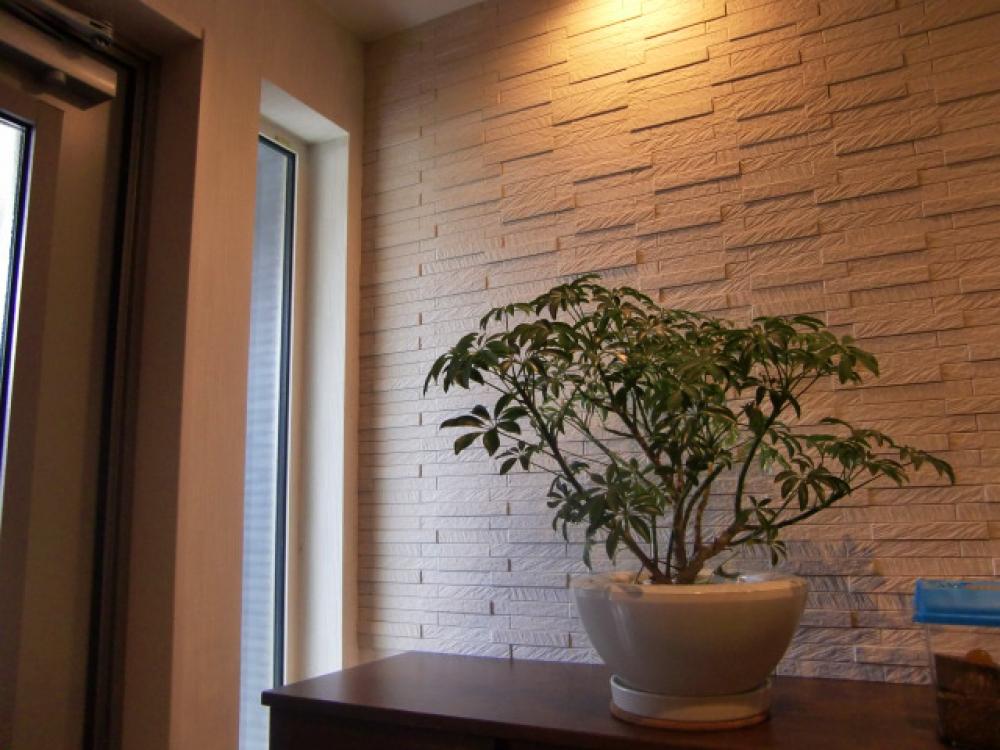 - 下駄箱の上は、エコカラットの壁。デザイン性はもちろん、調湿性・消臭性もあり、細部にこだわる施主様らしさが伺えました^^ -  -