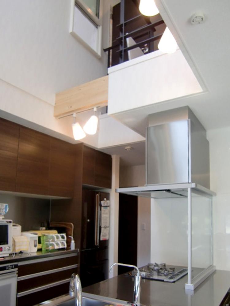 - さらにキッチンの上は吹抜構造。とっても開放的で、アイランド型の対面式なので、家族と会話しながらのクッキングや、後ろの収納棚のデザインにもこだわりが感じられる空間。これから新築をお考えの方は、ぜひ参考にしてください! -  -