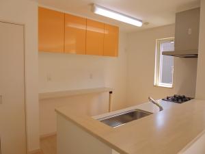 キッチン  オレンジ色が目を引くお洒落なキッチン