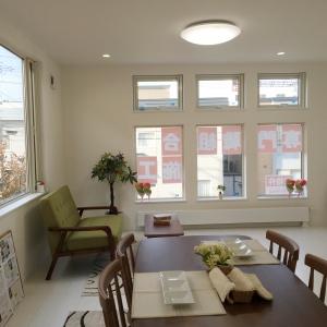 リビングの大きな窓  2面採光で大きな窓からは優しい光が差し込みます。