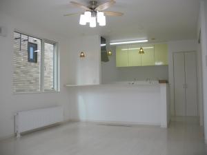 リビング  白を基調とした清潔感のあるリビング対面キッチンで家族の会話も弾みそう