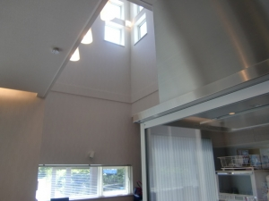 吹抜け  キッチンの上は吹抜けとなっており、窓から優しい陽の入ります