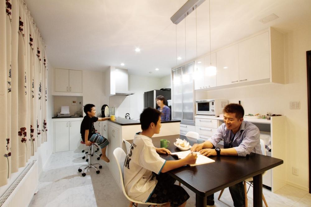 二世帯住宅を建てようと思ったきかっけは? - 元は別々の家に住んでいたのですが、実家が雨もりをしたので、その修繕費と設備のリフォームの見積もりをとったんです。屋根やお風呂、ベランダなどもあわせると1000万円以上かかることがわかって。それなら親と合算して2世帯住宅を新築した方がいいのかなと思ったんです。タイミングが増税前でしたし、ローンのことも考えると今かなと思いました。 -  -