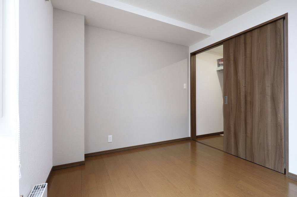 こだわった場所は? - 内装はインテリア雑誌を参考に、ネイビーやグリーンで統一。できるだけ窓を大きくしてもらった2階のリビングも開放的です。 -  -