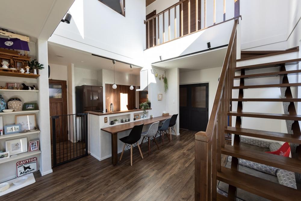 住み心地はいかがですか? - ドックランに繋がる吹き抜けの多目的フロアは、大きな窓がとても開放的で、キッチンからの景色も最高ですね。 -  -