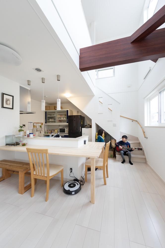 住みごこちはいかがですか? - 主人がDIYしたカウンターがあるダイニングが開放的で、そこにつながる吹き抜けと階段は、いつのまにか子ども達のお気に入りの場所になっているんです。兄妹でいつも階段に座ってますね。リビングにはあえてソファを置かずに、廊下も含め空間全体を広くみせることで、家族みんなが気持ち良くくつろいでいます。 -  -