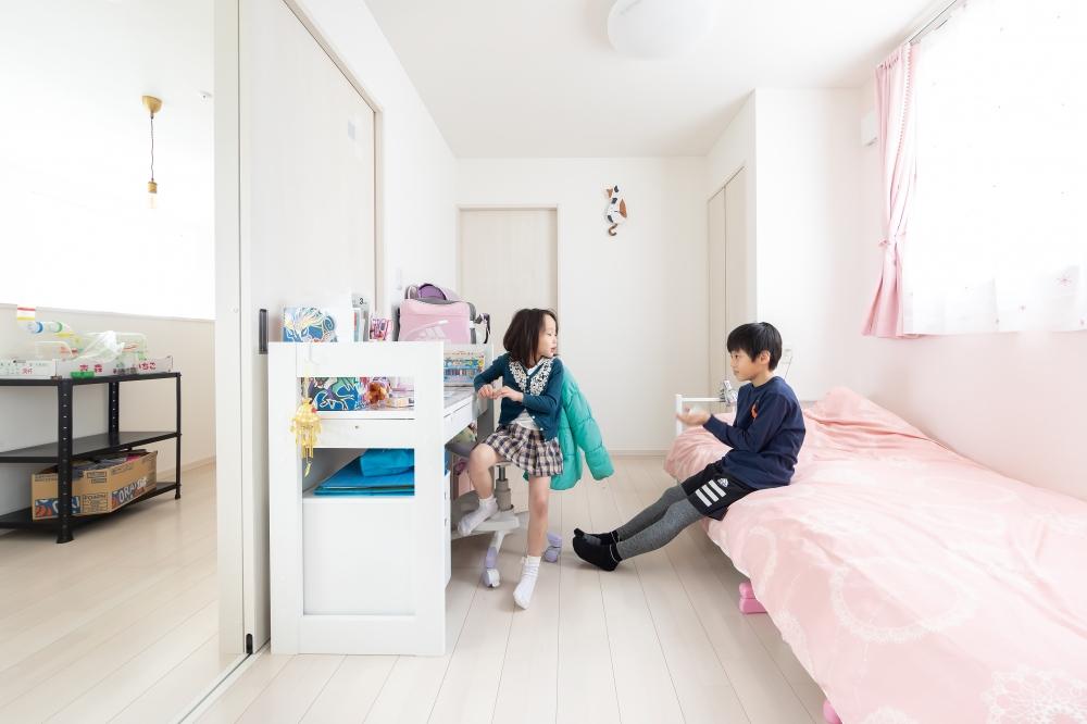 - 2階の子供部屋は、ワンルームにも2部屋に仕切ることも可能ですし、吹き抜け部分とつながるフリースペースでは、マンガを読んだり、楽器で遊んだりと、自由な遊び場になっています。 -  -