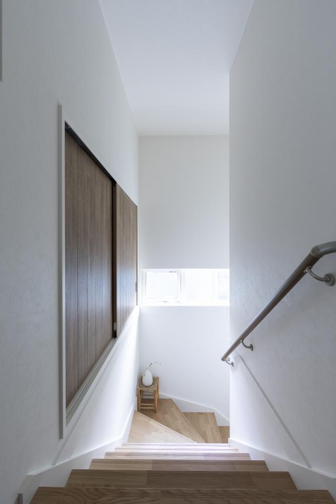 - あとは、階段の幅もこだわりましたね。階段途中にある収納は、主に日用品のストック場所なので、少し広めに設計していただきました。 -  -