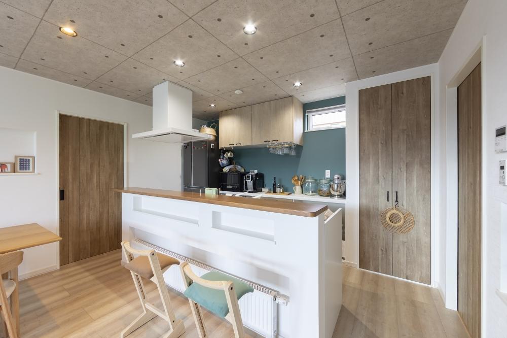 キッチンまわり - ターコイズブルーがアクセントになっているキッチンはお気に入り。アイランド式でぐるぐると回れて家事もラクです。カウンター側にはニッチがあり、小物などを置けて便利です。 -  -