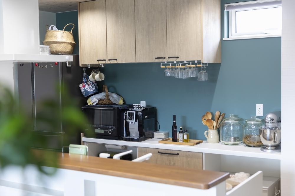 - 吊り戸棚は背面に移動して、キッチン前をフルオープンに。空いたスペースには小窓をつけてもらいました。ふだん使う物はカウンターに出しっ放しなので、見ていて楽しくなるようなデザインにこだわりました。 -  -