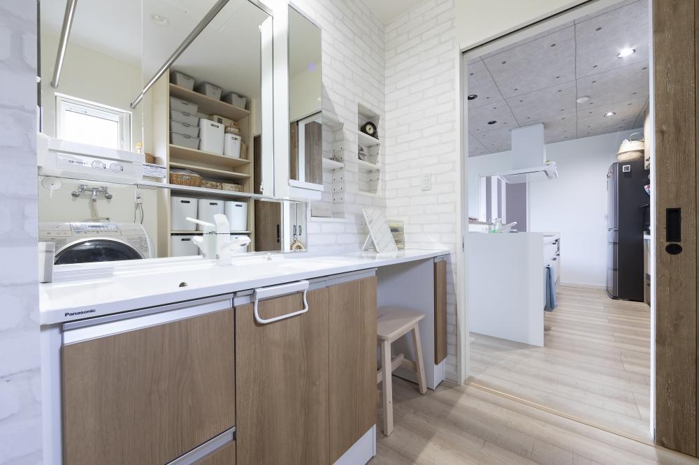 家づくりへの要望、こだわりなど具体的にありましたか? - 広々過ごせる家にしたかったことと、内装は北欧調のブルーグレーの色を取り入れたり、温かみを感じる木質感を要望しました。 -  -