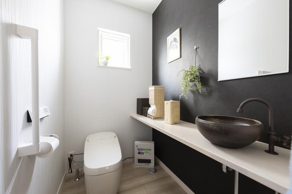 - トイレはアメニティが置けるカウンターや、手洗いにミラーも備えました。飲食店にあるトイレのような、気配りが届いていて落ち着ける感じをお手本にしたんです。 -  -