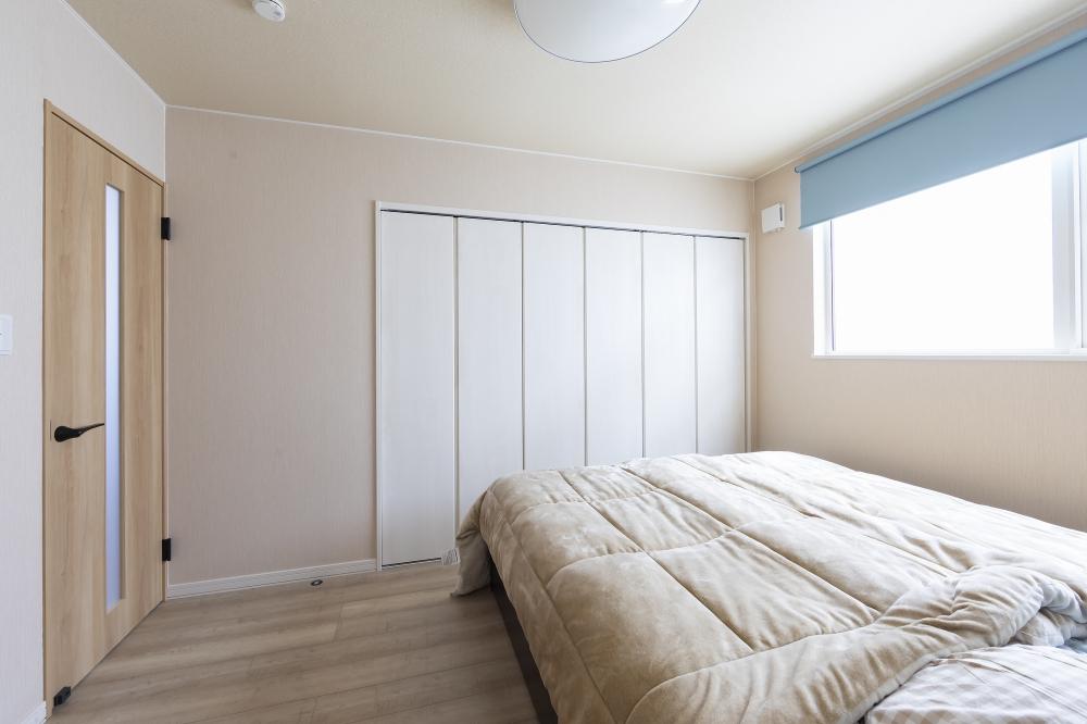 - 寝室のとなりにユーティリティを設計したこと。干した洗濯物をすぐにクローゼットへ運べて、家事がラクですね。将来的に1階だけで暮らせるよう、水まわりや収納の配置を工夫しました。 -  -