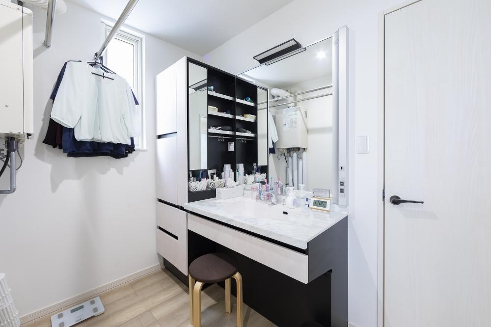 - 洗面台は収納もたくさん入って、カウンターが広くてとっても使いやすいです。ユニットバスと洗面台と、どちらをオプション品にするか夫婦で話し合い、私が欲しかった洗面台に(笑)毎日のことなので嬉しいですよ。 -  -