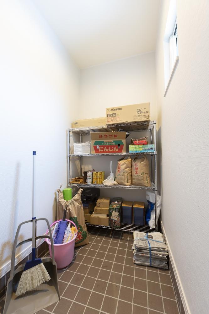 - 自然な涼しさを利用して、お米やお酒も保管できる土間収納は助かっています。ここからリビングや寝室にも行ける回遊動線が便利ですね。 -  -