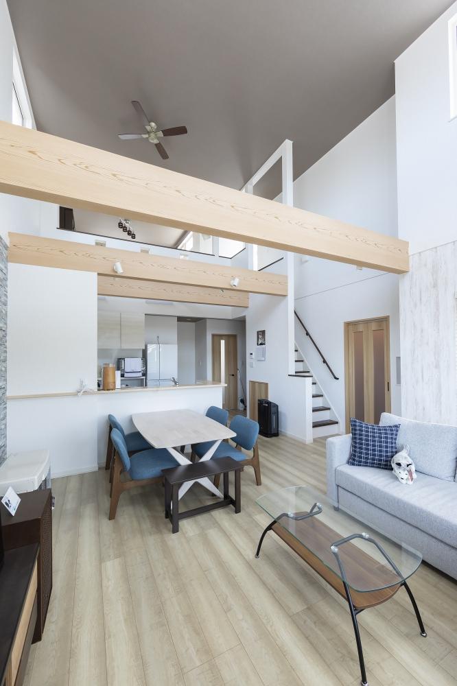 住まいに要望したことは? - 実はもともと平屋で考えていたんです。1階と、あとはハジゴで登れるようなロフトがあればいいなと思っていたんですが、階段の勾配など、先々の使い勝手も考えるうちに、専門職組合さんから2階建てを提案していただいて。やっぱりこのプランで正解でしたね。 -  -