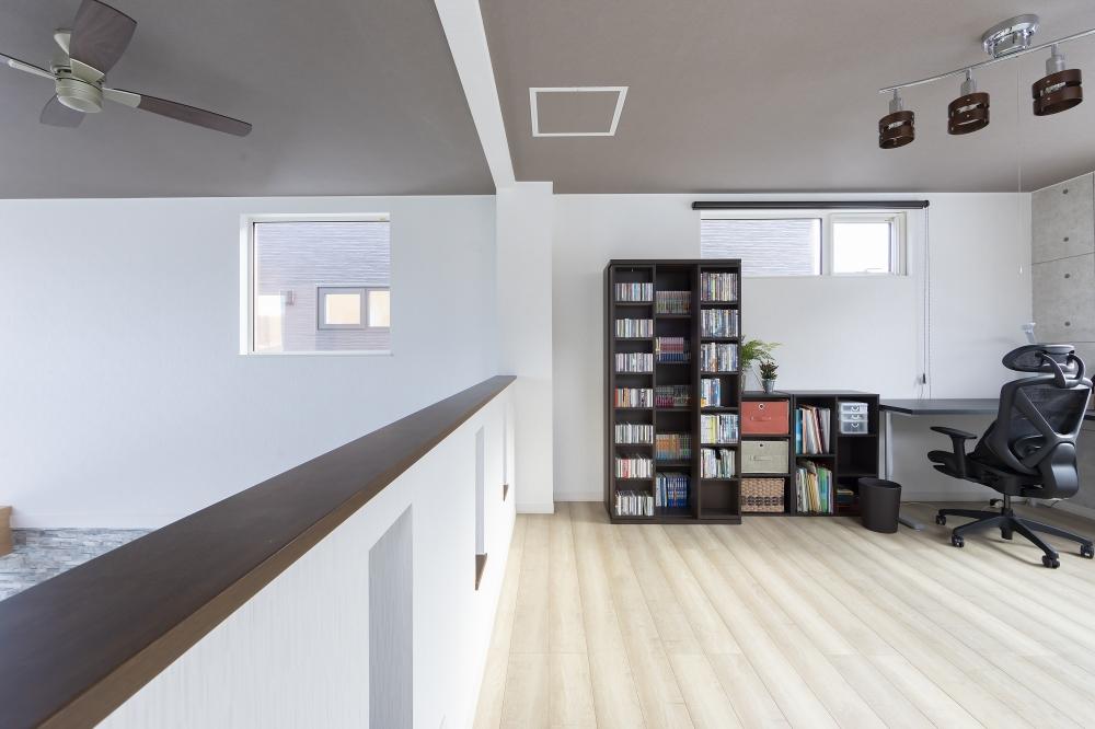 お気に入りの場所はどこですか? - 2階に書斎があり、映画や本、音楽なんかを聴きながら趣味に没頭できます。窓からの見晴らしもよくて、くつろげますね。 -  -