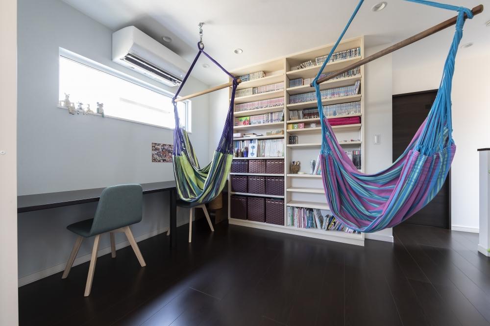 本棚やハンモックがある2階のフリースペースが印象的ですね -  -  -
