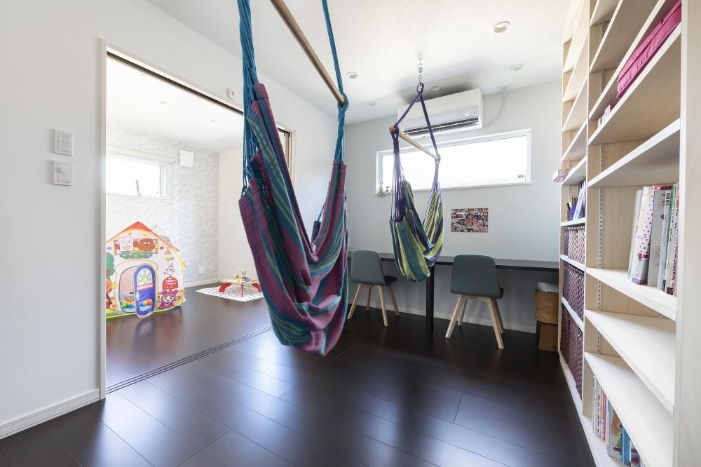 - ここは僕の趣味をぞんぶんに取り入れて、遊べる空間にしたかったんです。ハンモックを吊るしてもらい、漫画や雑誌を置いて、カウンターがあるカフェのような空間ですね子ども部屋ともつながっています -  -