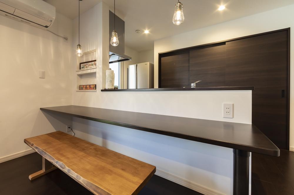- ダイニングはカウンター式、キッチンの収納部は、家電も食器も隠せる三枚扉を採用しました。なるべくスッキリと暮らしたくて。 -  -