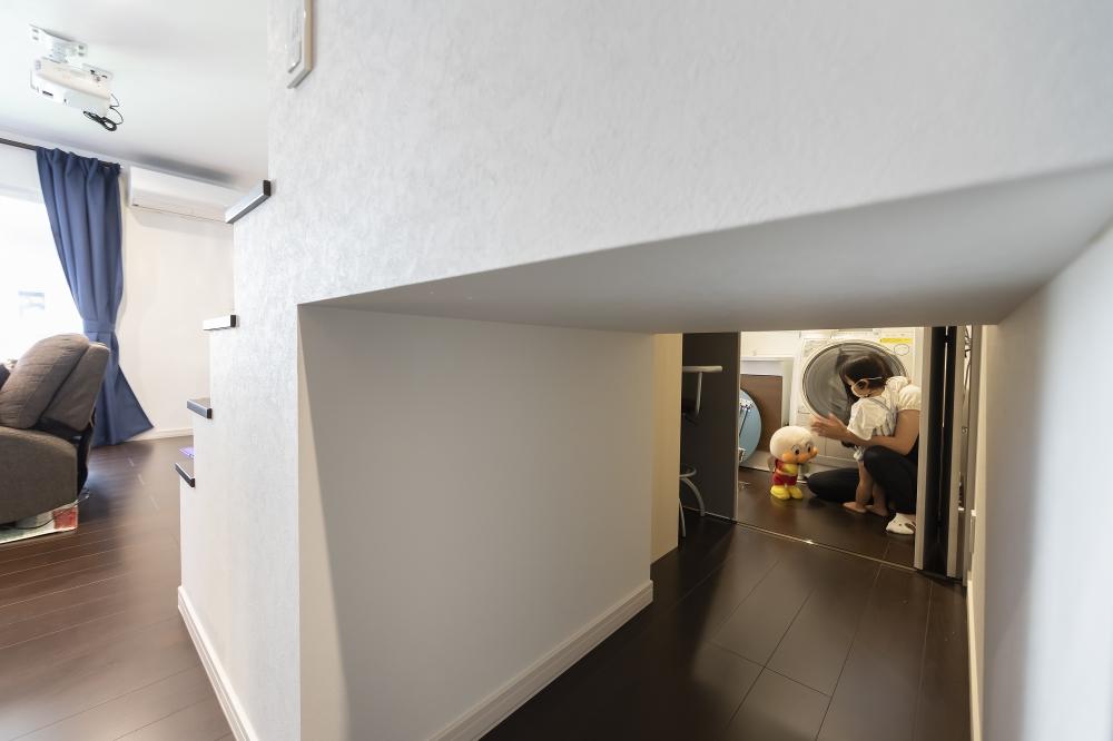 - 階段下の収納は、ユーティリティ側とリビング側の両方からモノが取り出せるようにしてもらいました。子どもがここをトンネルのようにして、遊んでいますね。 -  -
