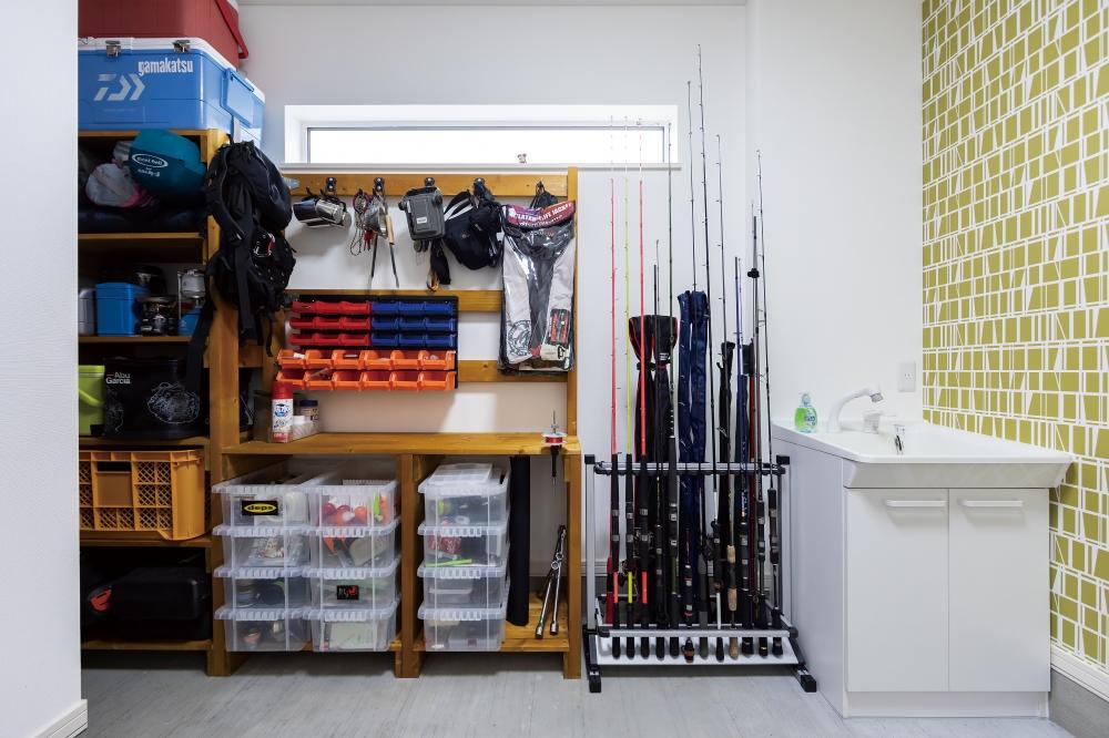 - キャンプはもちろん、趣味の釣りのためにボートも所有されているSさま。玄関の土間を広くすることで道具の荷積もしやすく、ご主人が釣った魚を下処理できる洗面台もついています。