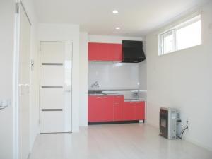 キッチン  白い室内にレッドのキッチンがとてもおしゃれです