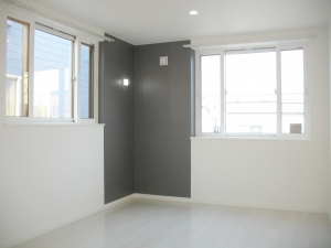 アクセントクロス&照明  部屋の一部にアクセントクロスを使用。照明もついてかっこいいです。