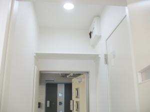 玄関  玄関上には収納棚も設置。玄関をすっきりします。