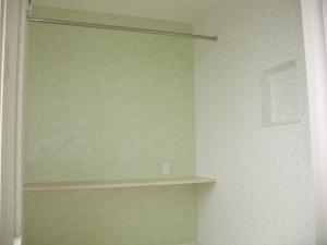 洋室  部屋の一面を優しいグリーンのアクセントクロスに。