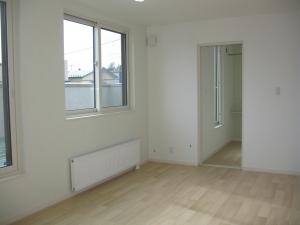 洋室  床材の色も明るめにしているので、家の中全体が明るい印象ですね。