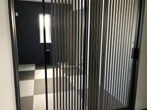 和室  玄関の正面、ガラス戸の奥はモダンな和室。