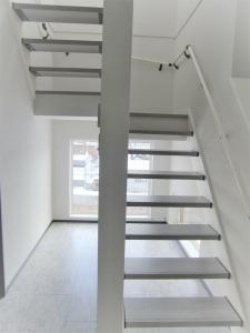 階段  階段の下にも大きな窓があり、明るく素敵なスペース
