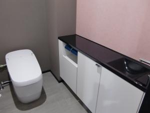 トイレ  落ち着いた色の壁紙で、ゆったりと過ごせそうなトイレタイム