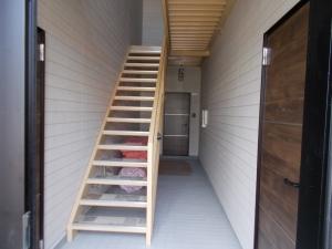 階段  ウッド調のおしゃれな玄関ドア