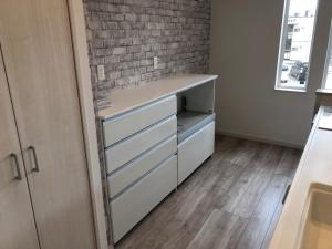 キッチン  レンガ調の壁がおしゃれ。キッチン後ろの収納も便利です