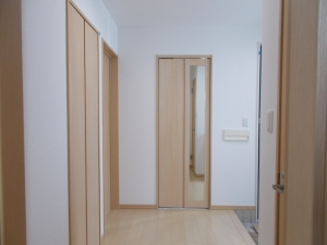 玄関  玄関にある扉の一つを姿見にするというアイディア♬