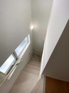 階段  窓が2段あるのでとても明るい階段