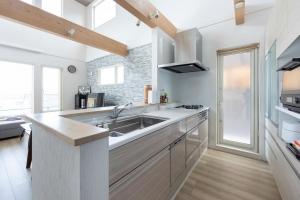 キッチン  照明は上部の木に設置してあり、こちらもおしゃれな空間