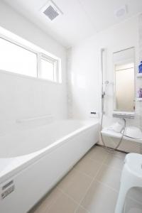 バスルーム  大きな窓のあるバスルーム 清潔感のある白を基調としているので、朝も夜も明るいバスタイムになりそう