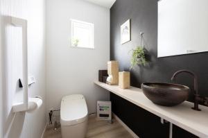 トイレ  アクセントクロス、手洗いボールと統一感のある配色でスタイリッシュなトイレ