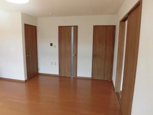 リフォーム後 リビング  各ドアが新しくなりました。
