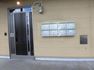 リフォーム後 ドア  玄関ドアも古くなったポストも新しくなり新築のよう