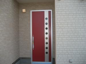 赤いドアが目を引きます